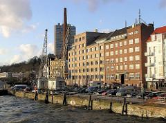 Kaianlage mit Hafenkränen am Altonaer Holzhafen - Parkplätze am Wasser - Grosse Elbstrasse ( 2005)