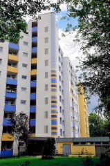 Modernisiertes Hochhaus - Hamburg Steilshoop - Hausfassade und Balkons farbig gestrichen.