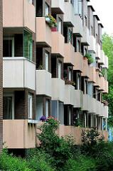 Balkons eines mehrstöckigen Wohngebäudes in Hamburg Steilshoop - Architektur der Hansestadt Hamburg.