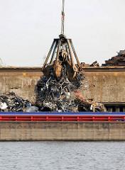 Beladung eines Lastkahns mit Schrott / Altmetall am Rosskai im Hamburger Hafen.