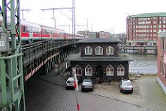 Leerstehende Oberhafenkantine am Oberhafen - ein Zug fährt über die Oberhafenkanalbrücke (2002)