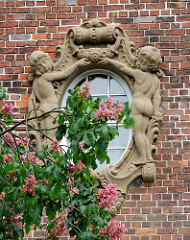 Fensterdekor - Bauschmuck Putten, blühender Kastanienbaum; Kinderkrankenhaus Hamburg Ottensen.