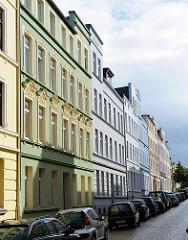 Wohnstrasse in Hamburg Heimfeld - Gründerzeit Etagenhäuser mit farbig gestalteter Fassade.