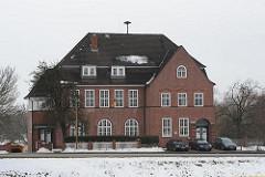 Backsteingebäude am Hofschlaeger Weg in Hamburger Stadtteil Tatenberg; Ehem. Schule, errichtet 1913 - Architekten Bomhoff & Schöne. Das Gebäude steht als Kulturdenkmal Hamburgs unter Denkmalschutz.