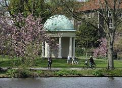 a/b/c Japanische Kirschblüte in Hamburg - Pavillon in Haynspark - Frühling in Hamburg.