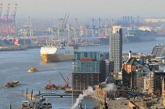 RoRo Schiff auf der Elbe vor Hamburg Altona - Gebäude an der Großen Elbstraße.