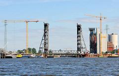 Rethehubbrücke an der Rethe - Baustelle der neuen Brücke beim Reiherstieg; Baukräne + Silogebäude.