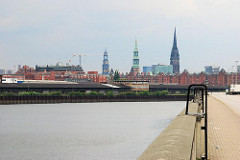 Blick über den Oberhafenkanal zum Hamburger Stadtteil Hafencity - im Hintergrund die Kirchtürme der Hansestadt Hamburg.