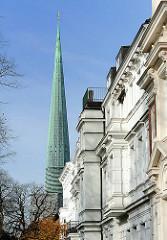 Kirchturm der Hauptkirche St. Nikolai - Gründerzeitfassaden.