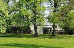 Bäume im Reemtsma Park - Blick zur Reemtma Villa in Hamburg Othmarschen, Bezirk Hamburg Altona.