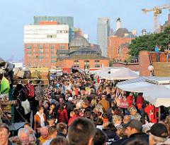 Der Hamburger Fischmarkt ist Sonntag Morgens gut besucht - entlang des Weges sind Marktstände aufgestellt - Blick zur Grossen Elbstrasse in dem Hamburger STadtteil Altona-Altstadt.