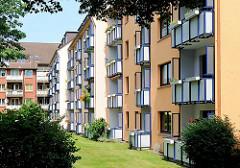 Neubauten mit farbiger Fassade - Balkons; Wohnblocks in Hamburg Rönneburg.