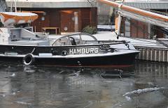 Bilder aus dem Hamburger Stadtteil Hafencity - Bezirk Hamburg Mitte - Eis im traditionsschiffhafen, Schlepper Fairplay Schriftzug HAMBURG.