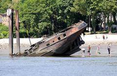 Schiffswrack am Falkensteiner Ufer - Menschen am Strand.