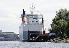 RoRo Schiff am Anleger Rethe-Ufer, Autos werden entladen und fahren auf der Rampe aus dem Frachtschiff. Hafenbilder aus Hamburg Wilhelmsburg.