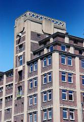 Architekturgeschichte im Hamburger Hafen - Fassade eines Gewerbegebäudes auf der Peute in Hamburg Veddel.