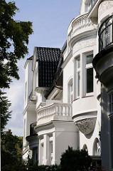 Balkons mit Säulenbrüstung und historistischen Ornamentik im Leinpfad Hamburg Winterhudes.