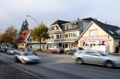 Strassenverkehr in der Stadtbahnstrasse in Hamburg Sasel - rasende Autos - Geschäfte.