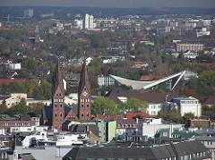 Luftaufnahme von St. Georg und Hohenfelde - Kirchtürme des St. Mariendoms - Dach der Schwimmoper / Alsterschwimmhalle.