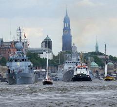 Auslaufparade Hafengeburtgstag Hamburg - Kriegsschiffe und Segelboote.