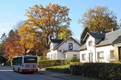 Wohnen in den Hamburger Vororten - Einzelhäuser in der Poppenbüttler Hauptstrasse, Busverkehr.