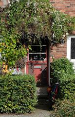 Bilder aus dem Hamburger Stadtteil Ohlsdorf - überwachsener Hauseingang in der Francksche Siedlung