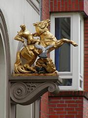 Skulptur Ritter St. Georg auf dem Pferd / Kampf gegen den Drachen - Fassadendekoration in der Langen Reihe.