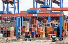 Container werden mit den Double Rail Mounted Gantry – DRMG zu den LKW transportiert.
