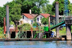 Wohngebäude am Ufer des Reiherstiegkanals - Arbeitsponton.