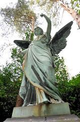 Engelsfigur - Bronzeskulptur mit Flügeln; Friedhof Hamburg Ohlsdorf.
