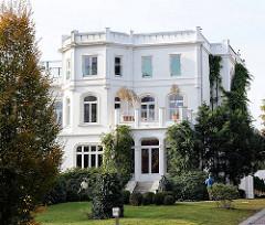 Weisse Villa an der Alster in Hamburg Harvestehude - Klassizistische Stadtvilla.