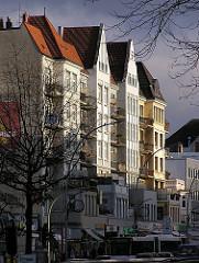 Hamburger Gründerzeit Architektur in der Abendsonne. Mehrstöckige Wohnhäuser in der Eimsbüttler Osterstrasse.