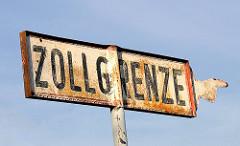 Altes Schild ZOLLGRENZE  im Hamburger Freihafen - Metallschild / Hand mit Finger zeigt die Richtung.