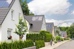 Neubaugebiet am Immenhorstweg in Hamburg Bergstedt - Einzelhäuser mit Spitzdach und Solaranlage auf dem Dach.