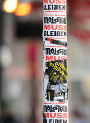 Aufkleber Molotow muss bleiben - Laternenpfahl Spielbudenplatz, Hamburg St. Pauli.