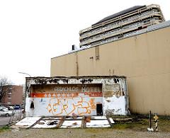 Ruine, Aufschrift Obdachlos Hotel; Hauswand.