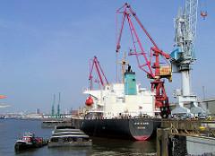 Frachtschiff am Auguste Viktoria Kai im Kaiser Wilhelm Hafen - Bilder aus der Hafenstadt Hamburg.