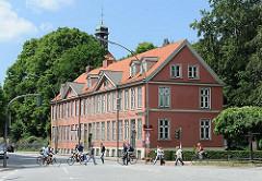 Historisches Reihenhaus - Backsteinfassade; erbaut 1797 - Bilder aus der Klopstockstrasse in Hamburg Ottensen - Kirchturm der Christianskirche im Hintergrund.