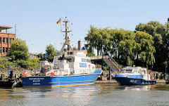 Anleger des Wasserschutzpolizei-Reviers 1 in Hamburg Waltershof - das Streifenboot BÜRGERMEISTER BRAUER  liegt am Ponton; die WS 35 fährt gerade rückwärts an den Anleger.