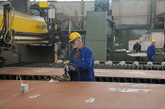 Schweissarbeiten, Sietas Werft Hamburg Neuenfelde - Stahlblechtransport mit Hallenkran.