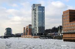 Treibeis auf der Elbe vor Hamburg Altona / Altstadt - Bürogebäude am Wasser.