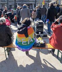 Abschlusskundgebung vom Hamburger Ostermarsch auf dem Carl von Ossietzky Platz in Hamburg St. Georg.