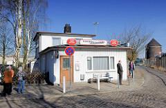 Veddeler Fischgaststätte auf der Veddel - im Hintergrund der Zombeck-Luftschutzrundturm.