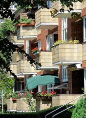 Balkons mit gelben Kacheln verkleidet - Baustil der 1960er Jahre - Architektur in Hamburg Barmbek Nord.