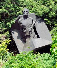 Die Bronzeplastik des Künstlers Anatoli Mossitschuk erinnert an die ermordeten sowjetischen Häftlinge in der Schule Bullenhuser Damm in Hamburg Rothenburgsort.