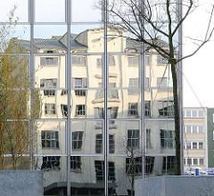 Altes Speichergebäude - Spiegelung im modernen Bürogebäude an der Wendenstrasse Hammerbrook.
