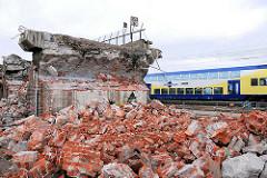 Reste der Pfeiler der Bahnstrecke entlang der Versmannstrasse in der Hafencity Hamburg (2008)