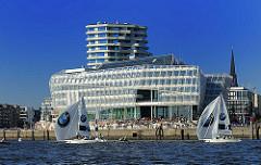 Segelregatta im Hamburger Hafen - Segelboote mit Spinnaker vor dem Gebäude der Unilever in der Hamburger Hafencity.