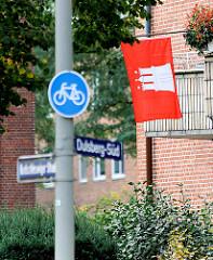 Hamburgfahne / Hamburgflagge am Balkon; Strassenschilder Dulsberg Süd; Fotos aus den Stadtteilen Hamburgs.
