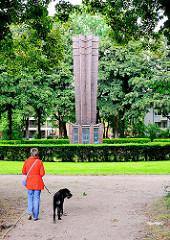 Denkmal 1. Weltkrieg - Ziegelstele - Grünanlage bei der Lutherbuche in Hamburg Lokstedt.